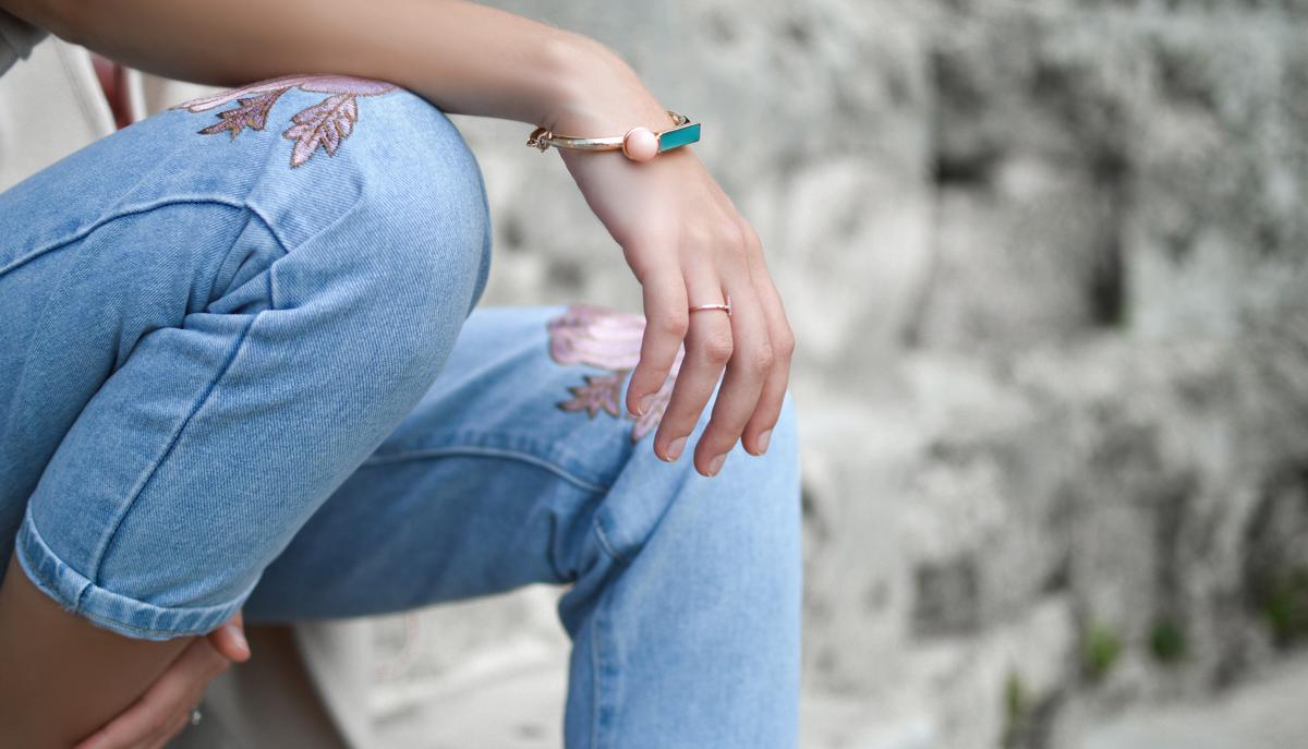 jeans sitting kees bracelet
